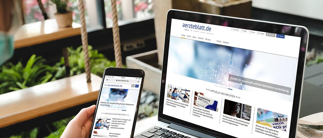 aerzteblatt.de auf einem Bildschirm und Smartphone