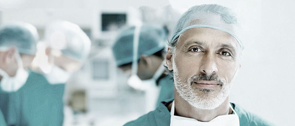 Chirurg in OP-Kleidung