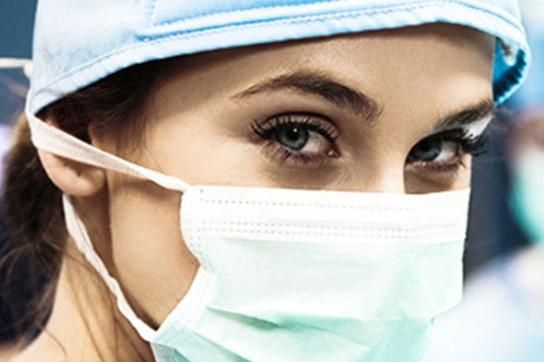 Chirurgin mit Maske